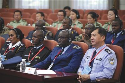 昨天,来自9个国家的17名高级警官参加维和能力研修班开班仪式。张铮 摄