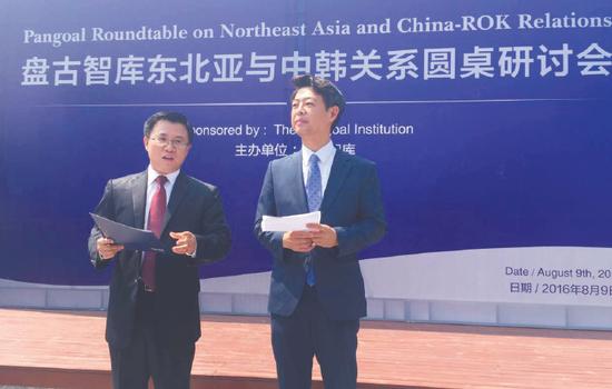 9日在北京,韩国访华议员金英昊(右)与盘古智库秘书长王栋同记者见面。查希 摄