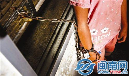 娜娜的右手被拴了一条铁链,铁链锁在窗棱上。