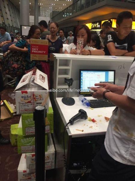 搭客由于航班正点将餐盒摔向地服