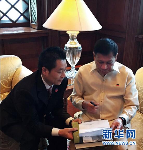 2016年6月30日,菲律宾总统杜特尔特在首都马尼拉的总统府接受中国《龙》杂志总编辑贾正专访。