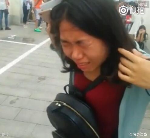 女子紧闭眼睛,表情痛苦。 来源:视频截图