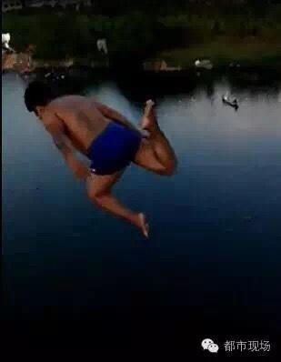小伙模仿奥运跳水