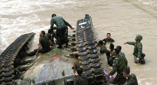 图为台军主战坦克翻入河底。