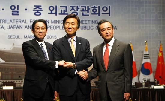 2015年3月21日,出席第七次中日韩外长会的中国外交部长王毅(右)与韩国外交部长尹炳世(中)、日本外相岸田文雄在会前合影。
