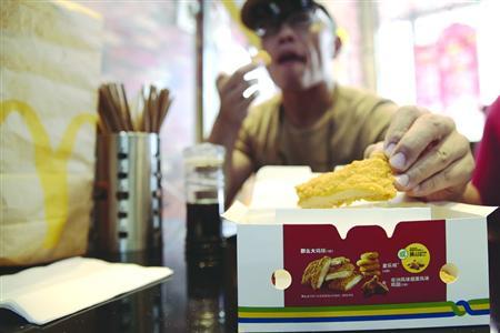 麦当劳对美国市场不再用抗生素鸡肉的决定,对中国市场暂未产生很大影响。 /晨报记者 殷立勤