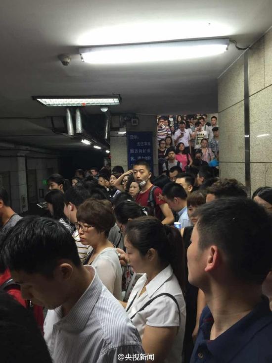 地铁站内挤满乘客
