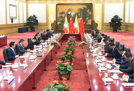 李克强在公民大礼堂同缅甸国务资政昂山素季举办会谈。
