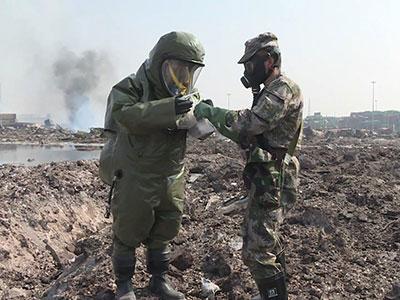 战士们在天津港爆炸事故现场进行抢险