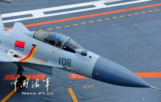 △飞翔员驾御歼-15在航行船面滑行(拍照/张凯)