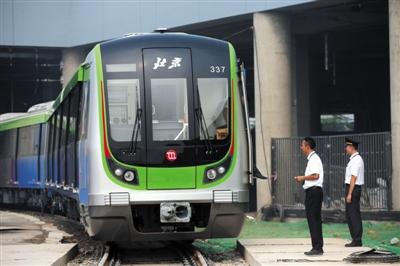 昨天,北京地铁16号线经营的新车――8A型列车表态,车身全体呈银灰色,车头描绘喷绘成京剧脸谱的款式。