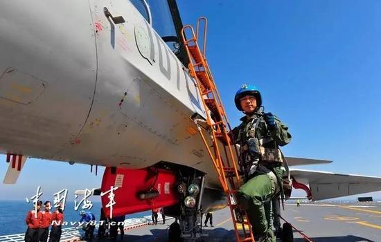 △飞翔员艾群在趴下飞机时向战友们展现张超死后所用手电筒。(拍照/张凯)
