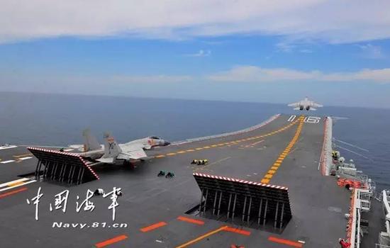 △歼-15舰载机滑跃腾飞。(拍照/张凯)