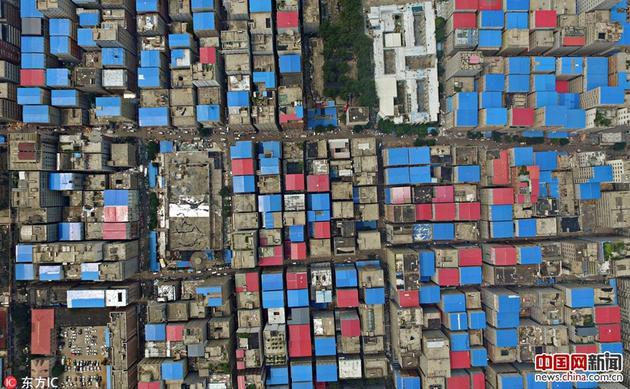 从地面看陈寨,高楼栉比鳞次,大多数高楼房顶,悉数是蓝色或白色的彩钢瓦。
