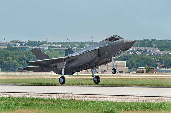 日本购买的第一架F-35A战斗机在美国首飞