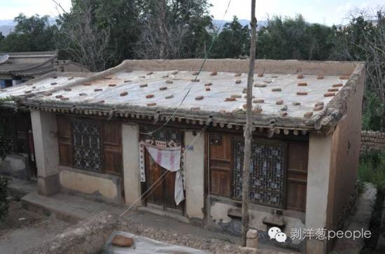 """8月28日,""""白银连环强奸杀人案""""犯罪嫌疑人高承勇老家的房屋,院门紧锁,这个院落明显比周围的民居陈旧简陋。据村民介绍,高承勇很少在村里露面,已经多年没在这里居住了。新京报记者  吴江  摄"""