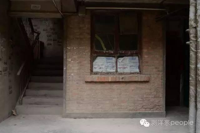 8月29日,白银市白银棉纺厂家属楼3号楼一层的一个小居室。2006年至2012年,犯罪嫌疑人高承勇曾经租住在这里。他经常和周围邻居打麻将。新京报记者  吴江摄
