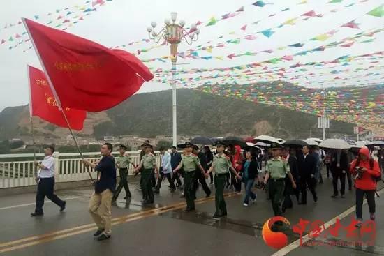 """今天的会宁县城下着淅淅沥沥的小雨,""""重走长征路""""活动在雨中启动,媒体团成员们希望用步行的方式来感受一段红军长征路,也来铭记这段红色岁月。"""
