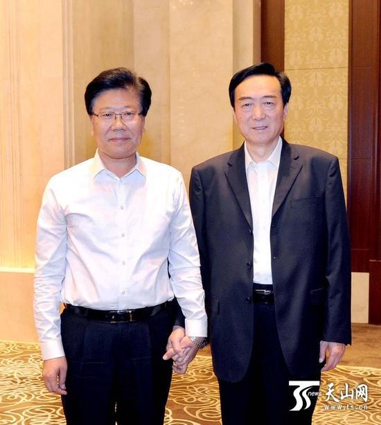8月29日,张春贤同志和陈全国同志在自治区干部大会上。记者卢民一、宋君摄