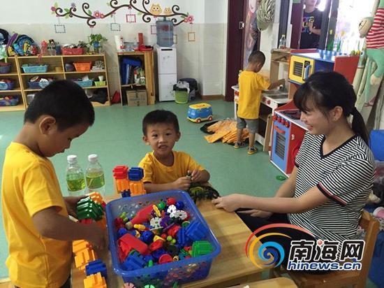 三沙永兴学校老师为孩子上课。南海网记者 高鹏 摄