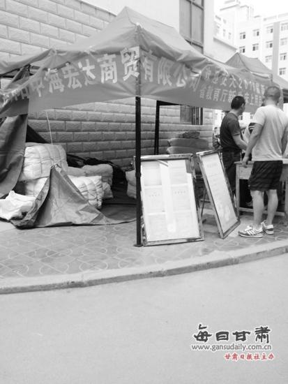 校园内发卖被褥的商家。兰州晨报记者宋鹤莉首席记者姚智摄
