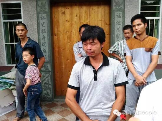 头号嫌犯陈文辉的父亲提及儿子犯错,痛哭流泪。新京报记者 谷岳飞 摄