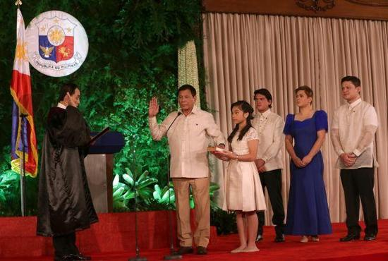 资料图片:6月30日,在菲律宾马尼拉的总统府马拉卡南宫,菲律宾新总统罗德里戈・杜特尔特(左二)宣誓就职。新华社发