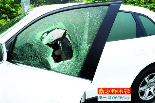 陈先生轿车驾驶室的玻璃被大块石头砸穿。