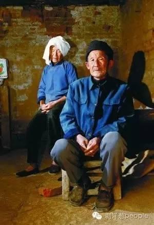 正阳县汝南埠镇杨陶庄,杨新海父母在自家两间小房的住所。本报记者 秦斌 摄