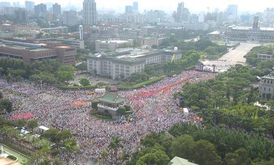 9月3日,14.5万加入反对流动大众挤满台北市凯达格兰小道,向台湾政府抒发诉求发泄肝火。(图像来历:台湾《中时电子报》)