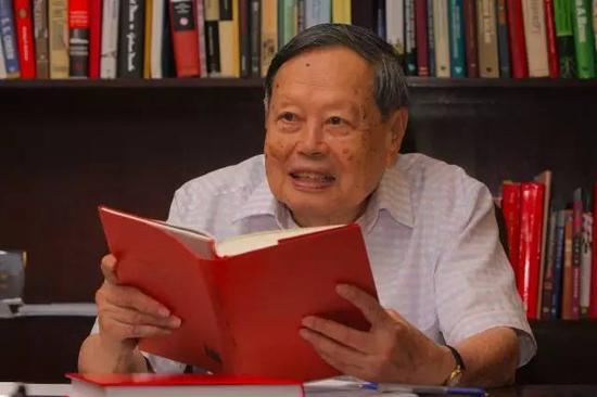 杨振宁教授近照,所持之书为2008年版《曙光集》。来源:杨振宁教授