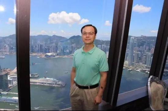 天南在香港环球贸易广场接受媒体采访