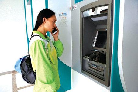 王小梅当时来到ATM机前。(事后模拟拍摄)