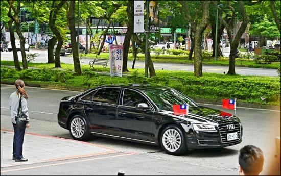 蔡英文奥迪A8L轿车