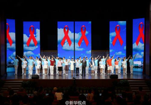 """彭丽媛同G20杭州峰会外方代表团团长夫人走进浙江大学,出席""""艾滋病防治宣传校园行""""活动。"""