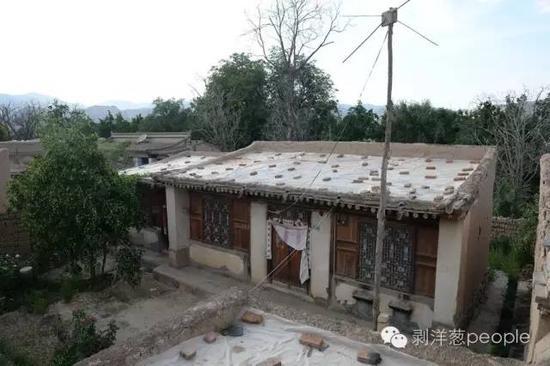 8月28日,甘肃兰州市榆中县青城镇城河村,嫌疑人高承勇老家的房屋,院门紧锁。村民介绍,高承勇已经多年没在这里居住了。新京报记者吴江 摄