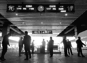 """8月15日起,""""动车吸烟处罚规定""""升级 。图为在石家庄火车站站台上,旅客趁着停车间隙下车吸烟。北京晨报记者 王巍/摄"""