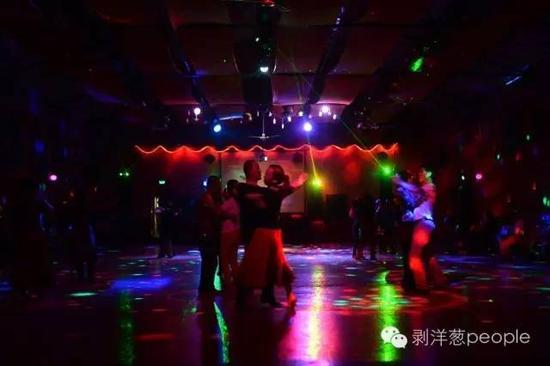 8月31日,白银市区的一家大众舞厅,几十位市民跳交谊舞。如今,这种收费低廉的舞厅在大城市已经难觅踪影。新京报记者吴江 摄