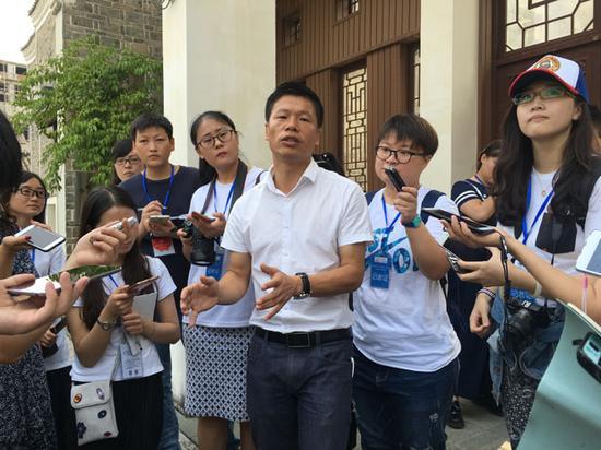 黎平县旅发委常务副主任吴家贤接受媒体采访