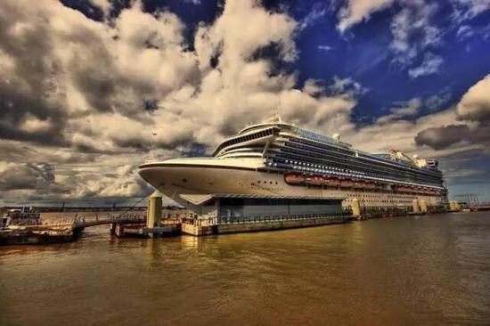 一条移动的海上五星级酒店
