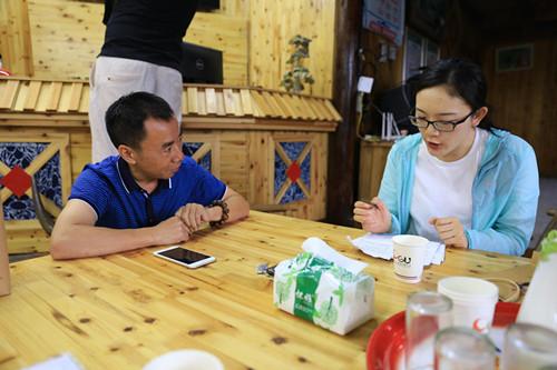 图为千龙网记者包萌在采访十八洞村乡村电商担任人(中国网信网 徐可摄)