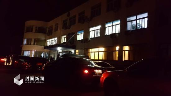 8日凌晨零时,大石桥市公安局刑警大队办公楼灯火明亮。