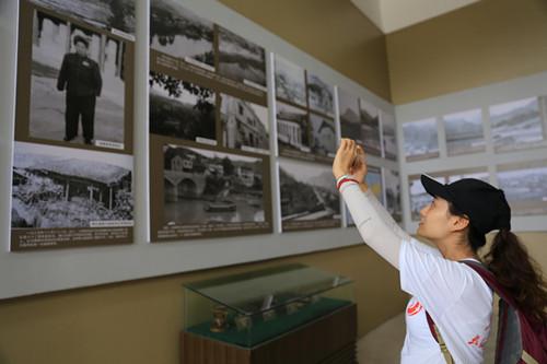 图为中国军网客户端编纂陈竹青,在独臂将军贺炳炎的图片前她立足很久,她说,贺将军忍痛锯断右臂的故事让她感触颇深,敬意油但是生。(中国网信网 徐可摄)
