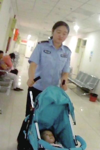 民警在病院关照女婴。民警供图