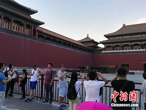 游客在故宫午门外拍照。中新网记者 宋宇晟 摄