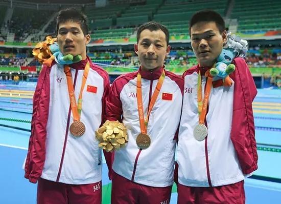 男子50米蝶泳S6级,中国选手许庆、郑涛、王李超分获金银铜。