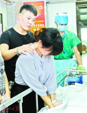 馈赠开端前,姐姐握住吴远旋的手,喜笑颜开。
