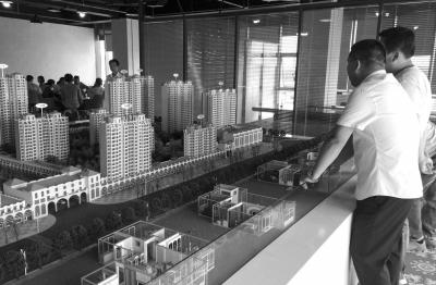 位于大兴区嘉悦广场6号楼602房间内的京韵花圃名目贩卖处,看房人川流不息。