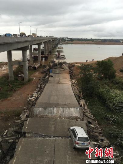 9月11日上午9时17分,江西省泰和县一废弃老桥在拆除施工过程中发生坍塌。 谢森�觥∩�