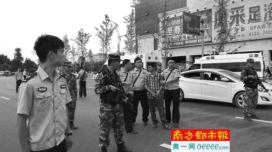湖南汝城警方押曹再发指认驾车乱闯行人现场。材料图
